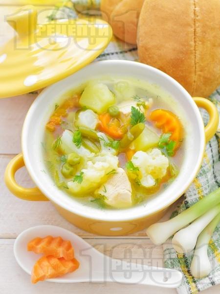 Бистра пилешка супа със зеленчуци - картофи, карфиол, моркови, грах от консерва и зелен боб поръсена с копър (без застройка) - снимка на рецептата